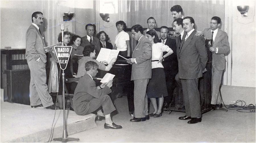 Resultado de imagen de escuchar radio años 50